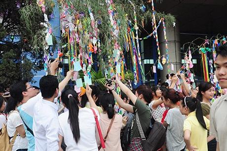 Bạn trẻ viết lời cầu chúc treo lên cây, một nét văn hóa truyền thống Nhật Bản