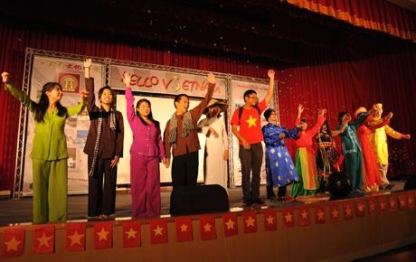 Tiết mục biểu diễn của các bạn nước ngoài mặc trang phục truyền thống VN