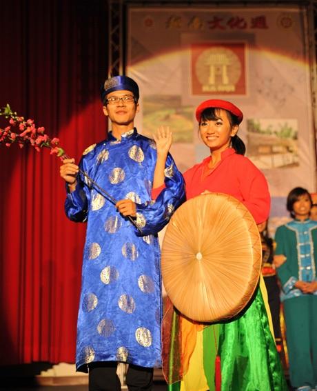 Chàng trai Nhật Bản cùng nữ sinh Việt Nam trong trang phục truyền thống VN