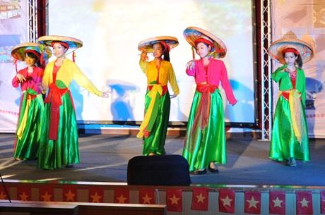 """Múa """"Những cô gái Việt Nam"""""""