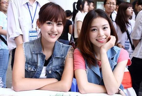 Hai cô gái thân thiết bên nhau trong chương trình từ thiện.