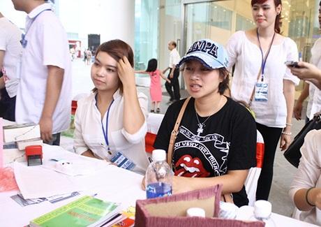 Ca sĩ Khánh Linh cũng tất bật với gian hàng đổi sách