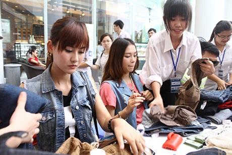 Hai cô gái bắt tay vào công việc nhận đồ đổi