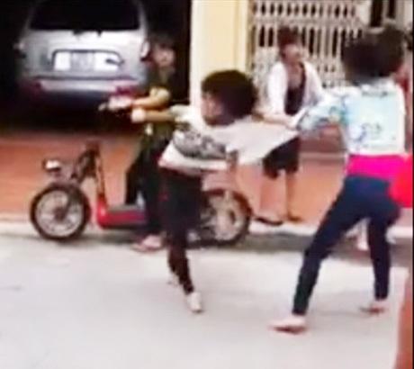 Hai nữ sinh đi chân đất, đấm đá, xé áo nhau giữa đường