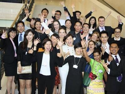 Trần Quang Hưng (thứ 2, từ trái sang) cùng bạn bè quốc tế tại Diễn đàn kinh tế thế giới.