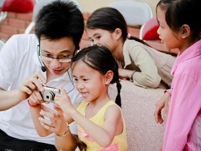 Trần Quang Hưng cùng các em nhỏ trong chuyến đi tình nguyện tại Yên Bái. Ảnh: Phú Hưng.