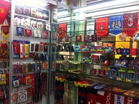 Các mặt hàng trong shop thể thao của Hà.