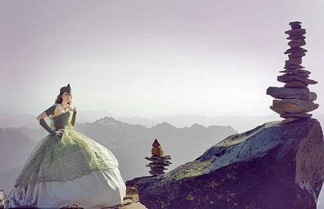 Những vị khách tinh nghịch chụp ảnh lưu niệm với cô gái trên đường lên đỉnh.