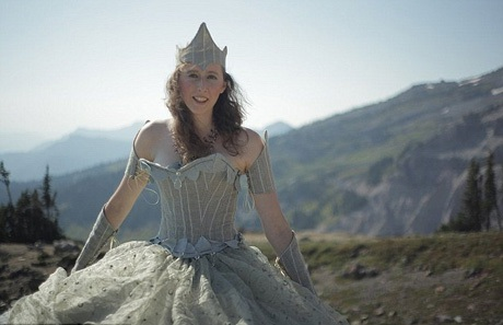 Cô gái mặc váy như công chúa để leo đỉnh núi cao hơn Fansipan