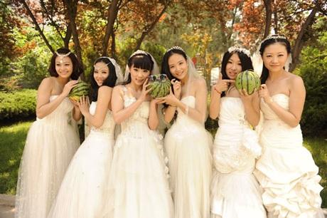 Hay hóa thành cô dâu độc thân mừng ngày tốt nghiệp.