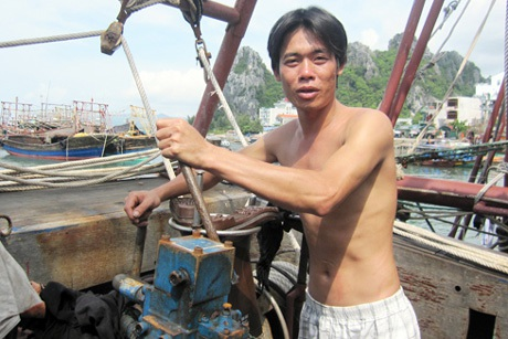 Thủy thủ giàu kinh nghiệm Nguyễn Văn Trường trên tàu cá của ông Khắc