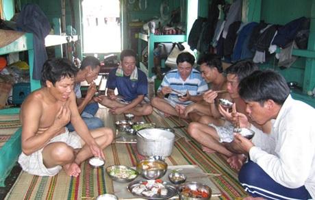 Bữa trưa đầm ấm của các thủy thủ trên tàu