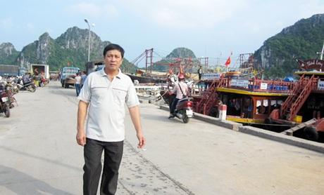Ông Nguyễn Văn Khắc ra thăm tàu tại cảng