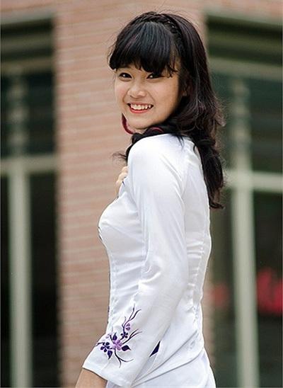 Hoàng Yến duyên dáng trong tà áo dài trắng