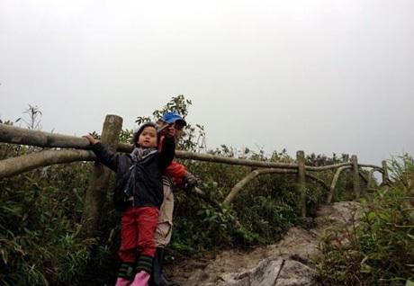 Khánh và Linh trong ngày đầu tiên của cuộc hành trình, thời tiết đẹp, họ hạ trại ở độ cao 2.400m.