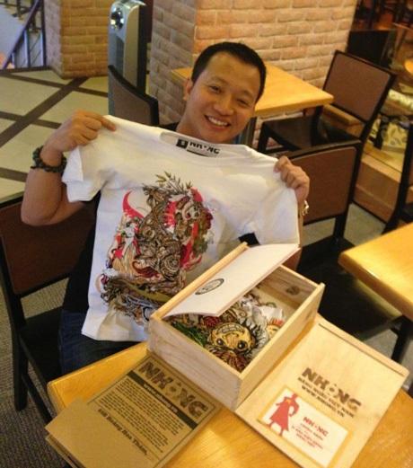Việt Khương với chiếc áo phông, sản phẩm từ dự án.