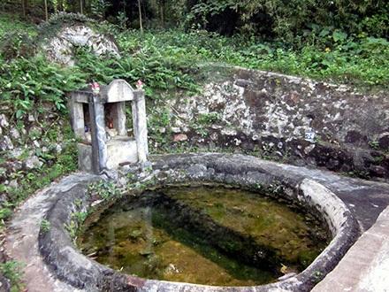 Giếng Vua được kè bằng đá ở phần đáy, nguồn nước giếng quanh năm trong xanh.