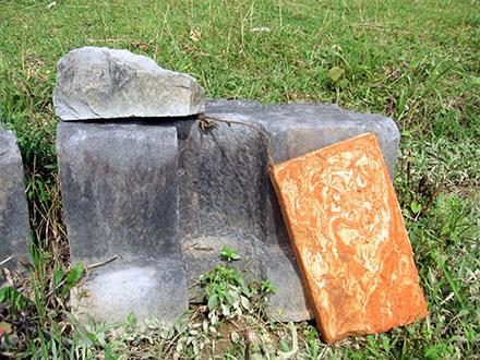 Một khối đá chân tảng nằm lăn lóc ở chính điện Ly Cung.
