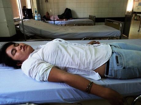 Chị Oanh trong một lần bị đánh đập phải đi cấp cứu tại bệnh viện.