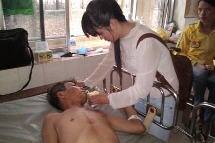 Dược sĩ Trần Thị Kiều Oanh đi thăm và chăm sóc cho bệnh nhân.