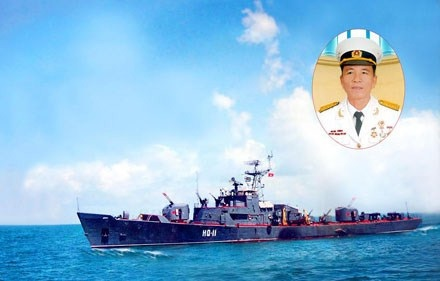Tàu HQ-11 và thuyền trưởng-thượng tá Hoàng Văn Thể. Ảnh Trần Mạnh Tuấn