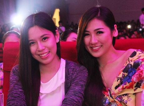 Á hậu Tú Anh (phải) và Hoa khôi báo chíHuyền Anh tại đêm nhạc.