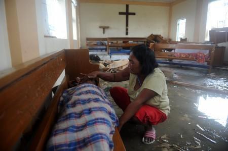 Người mẹ khóc bên cạnh xác con trai được tìm thấy sausiêu bão Haiyan.