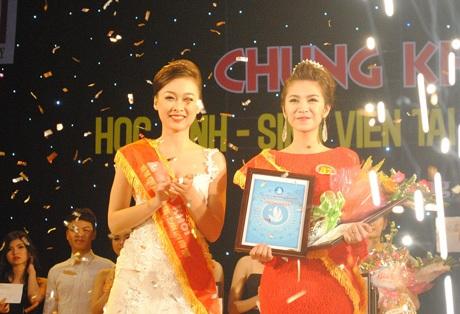 Thí sinh Trương Thị Thu Thảo giành vương miện hoa khôi của ĐH Duy Tân.