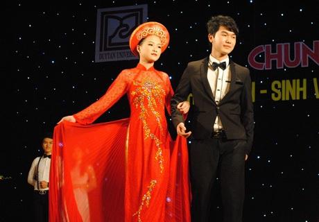 Phần thi trang phục của các thí sinh đôi nam nữ.