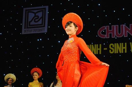 Các thí sinh đơn nữ trình diễn trang phục áo dài.