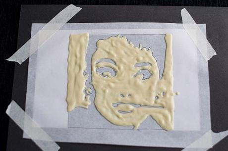 Bước 5: Làm tan chảy chocolate trắng bằng cách cho chocolate trắng vào túi nilon, bỏ vào bát và