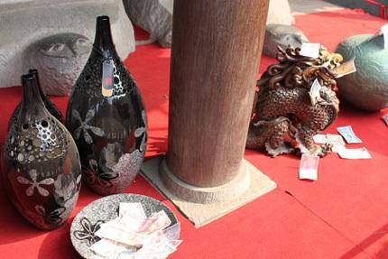 Rải tiền cầu xin điều gì ở nơi trưng bày đồ gốm? Ảnh: Dân trí