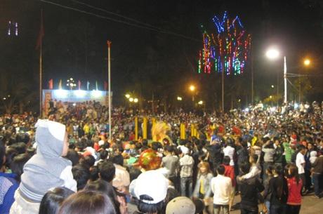Đông đảo người dân Sóc Trăng tập trung tại trung tâm thành phố để chào đón năm mới.