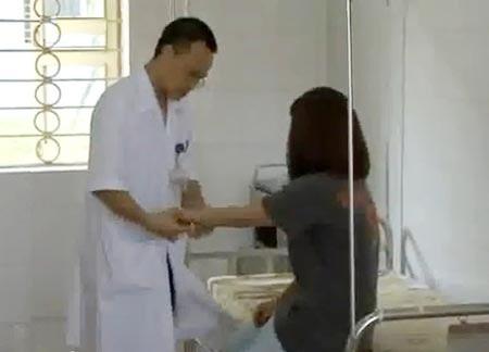 Bác sĩ đang thăm khám cho một cô chiêu tại Bệnh viện tâm thần Hà Nội.