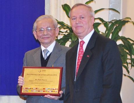 Giáo sư sử học Phan Huy Lê (trái)nhận Giải thưởng Danh dự Pháp ngữ 2014.