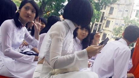 Không hiếm gặp hình ảnh nữ sinh trung học ngồi trang điểm ở giữa sân trường