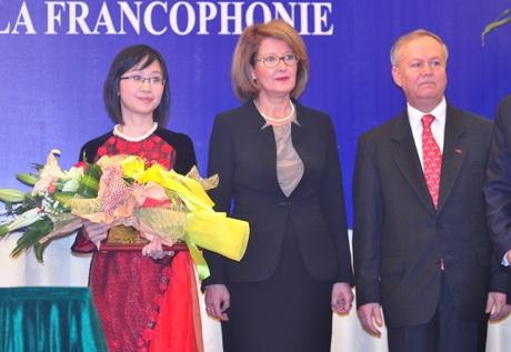 PGS.TS trẻ tuổi Nguyễn Ngọc Lưu Ly nhận Giải thưởng Thanh niên Pháp ngữ.
