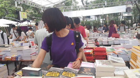 Hội sách thu hút nhiều độc giả trẻ.