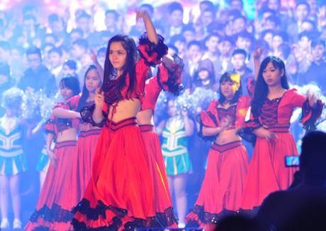 Vũ điệu flamenco sôi động của nữ sinh cấp 3