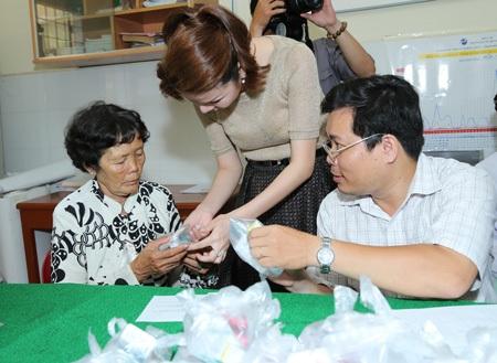 Tặng quà tới các đối tượng hỗ trợ phẫu thuật là người già, gia đình chính sách và hộ nghèo.