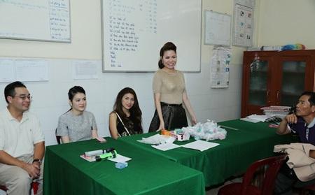 Hoa hậu Bùi Thị Hà phát biểu trong buổi làm việc.