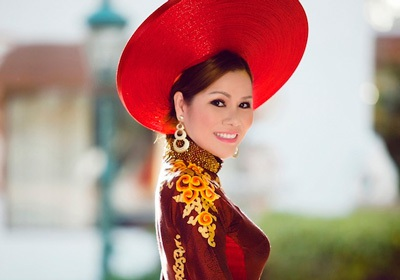 """HH Bùi Thị Hà mang thần thái rạng rỡ, nổi bật với ngôi vị Hoa hậu và """"Nữ hoàng ngành bảo vệ""""."""