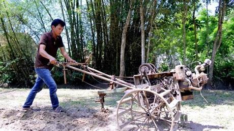 Anh Lương Quang Vũ với chiếc máy cày làm từ sắt vụn.