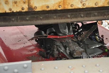 Máy điều hòa bị bật tung, nhiều bộ phận khác đã bị nát.