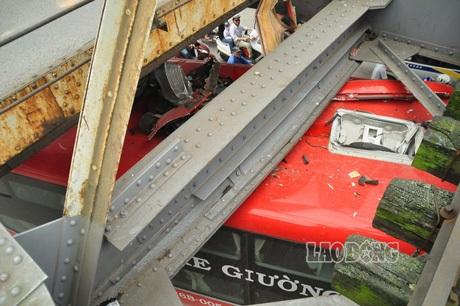 Phần nóc xe bị hư hỏng nặng.