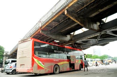 Do đó bị mắc kẹt lại ở gầm cầu Long Biên, Hà Nội.
