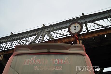Chiều cao của gầm cầu ở khu vực này là 3m, nhưng chiếc xe khách 2 tầng vượt chiều cao quy định...
