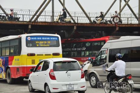 Chiếc xe khách chờ đoàn người từ Trà Bồng, Quảng Ngãi ra Hà Nội thăm lăng Bác.