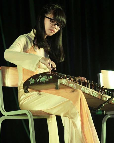 Nguyễn Thu Thảo thể hiện tài đàn tranh với ca khúc Quê hương Việt Nam