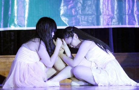Ngô Ngân Hà và Trương Hà Anh đắm chìm trong điệu múa đương đại.